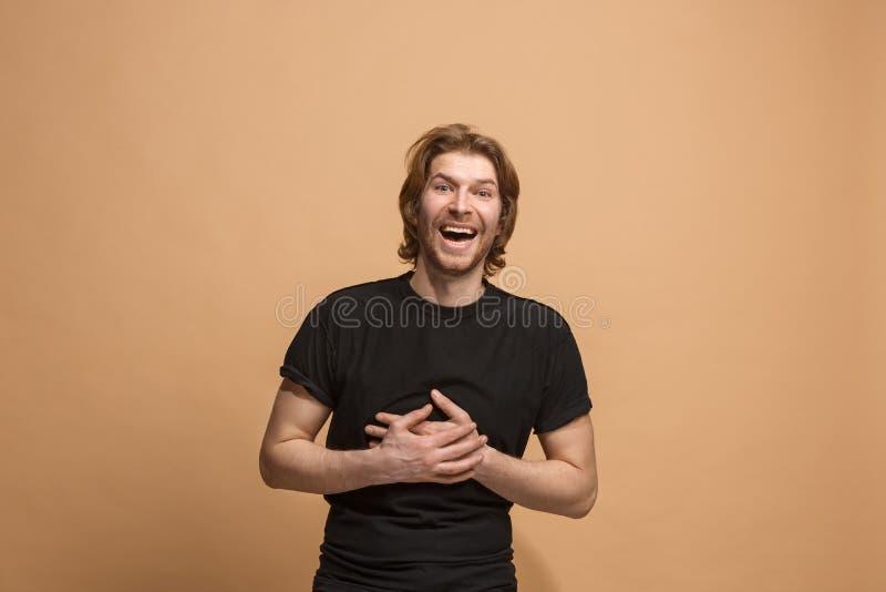 El hombre de negocios feliz que se opone y que sonríe contra fondo en colores pastel fotos de archivo