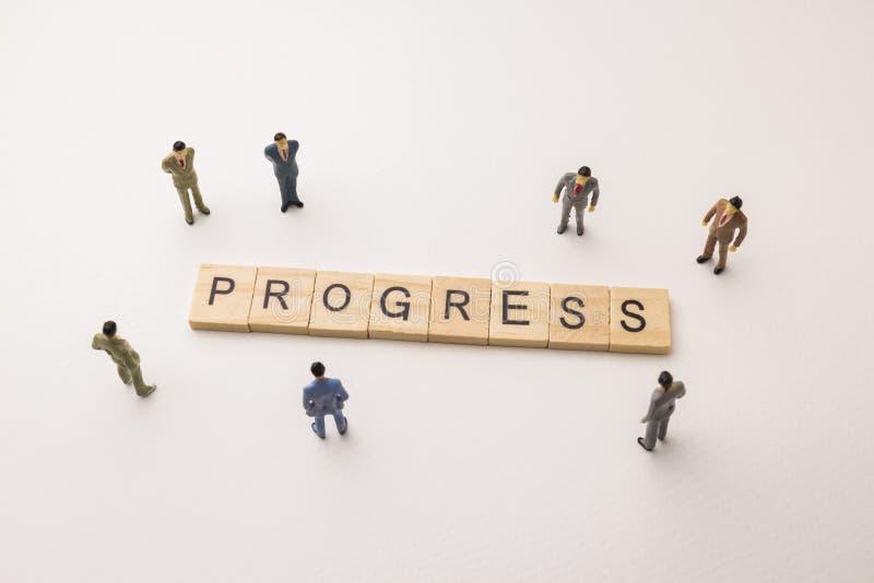 El hombre de negocios figura la reunión sobre el progreso conceptual foto de archivo