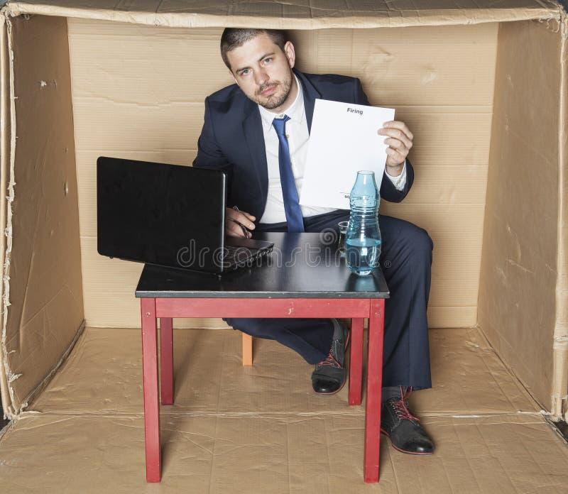 El hombre de negocios firma para poseer despido fotos de archivo