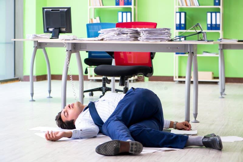 El hombre de negocios frustrado subrayado de trabajo excesivo fotografía de archivo libre de regalías