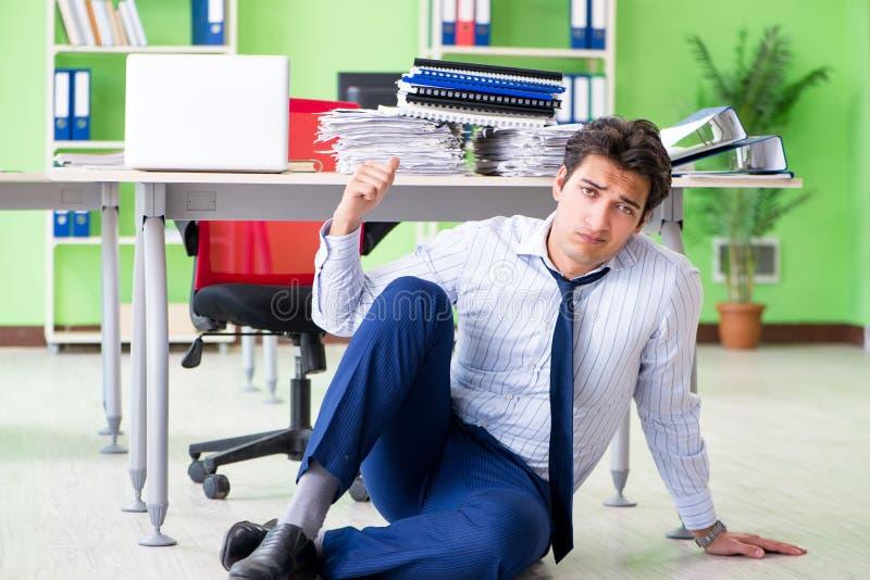El hombre de negocios frustrado subrayado de trabajo excesivo foto de archivo libre de regalías