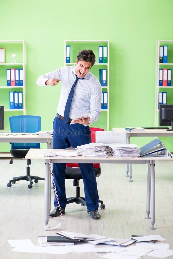 El hombre de negocios frustrado subrayado de trabajo excesivo imágenes de archivo libres de regalías