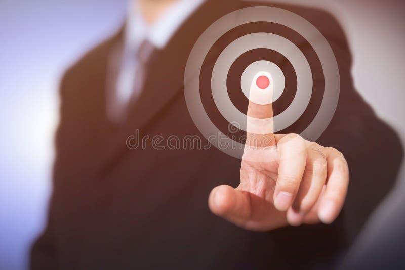 El hombre de negocios hace clic en la blanco Concepto del asunto imagen de archivo