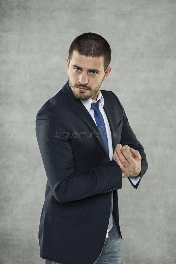 El hombre de negocios hermoso joven es un hombre fuerte fotografía de archivo libre de regalías
