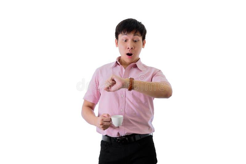 El hombre de negocios joven asiático tiene situación y comprueba hora laborable con chocado en aislado en fondo del wihte fotos de archivo libres de regalías