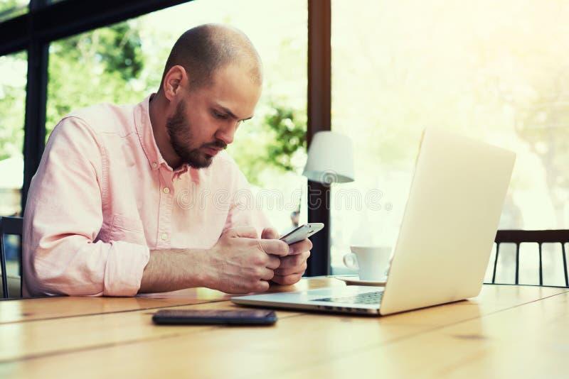 El hombre de negocios joven corrige un plan empresarial para el desarrollo de su compañía foto de archivo libre de regalías