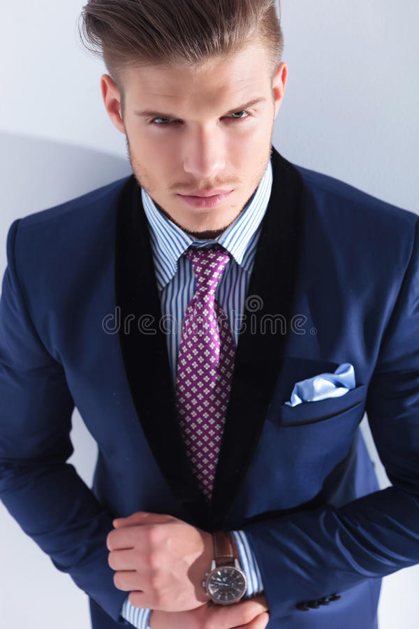 El hombre de negocios joven mira para arriba usted foto de archivo libre de regalías
