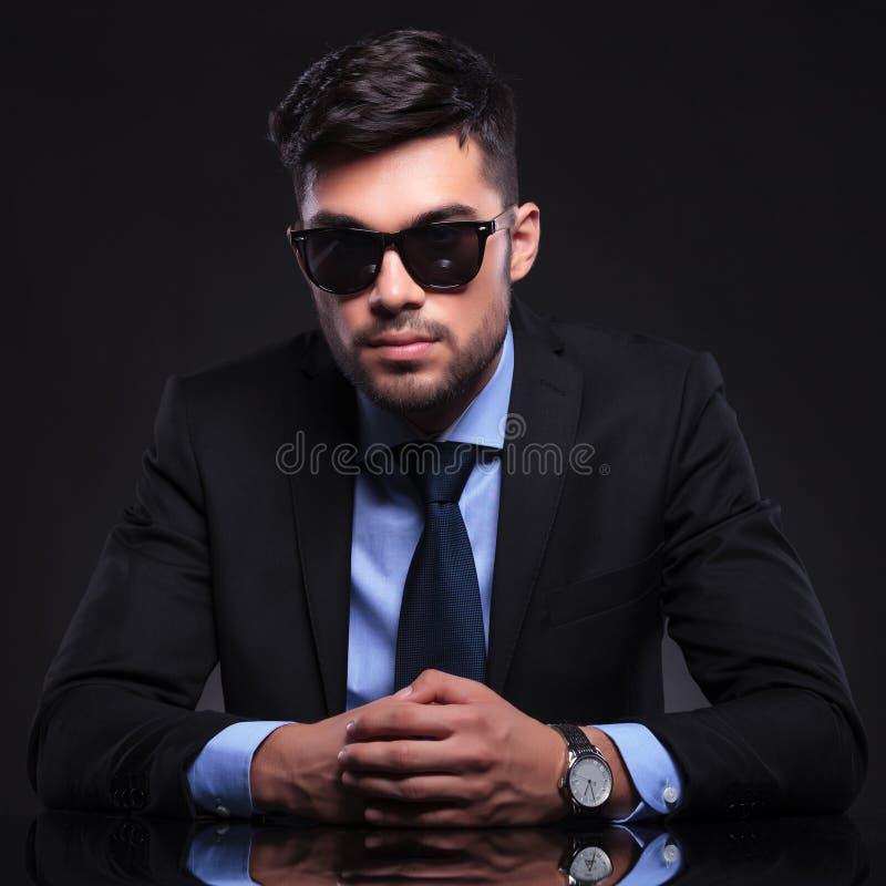 El hombre de negocios joven mira serio usted foto de archivo libre de regalías