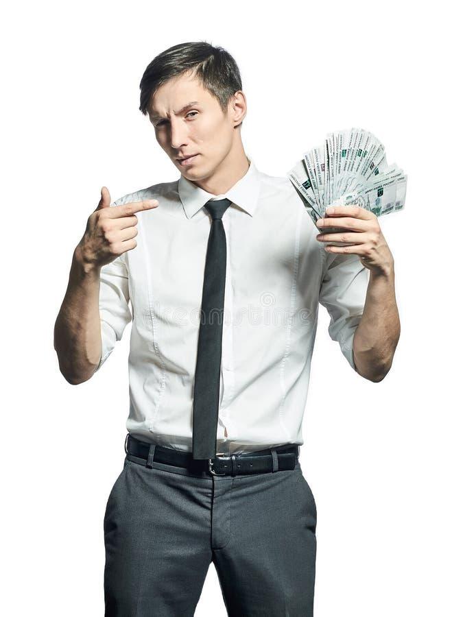 El hombre de negocios joven muestra un taco del efectivo disponible fotos de archivo
