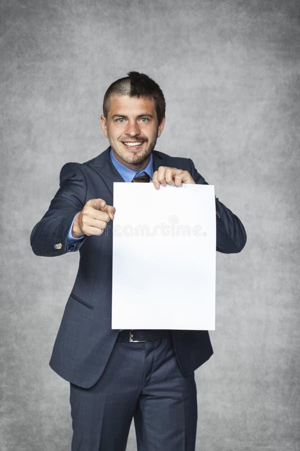 El hombre de negocios joven parado elige fotografía de archivo libre de regalías