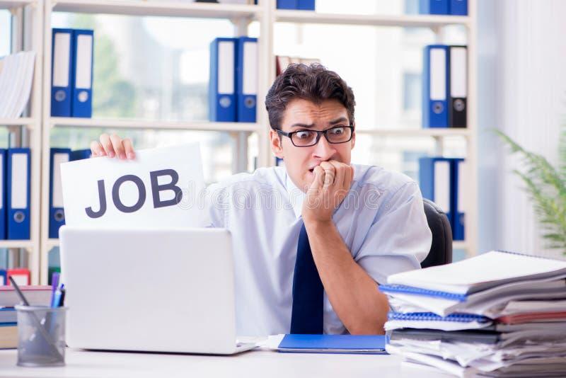 El hombre de negocios joven que busca trabajo en concepto del desempleo fotos de archivo