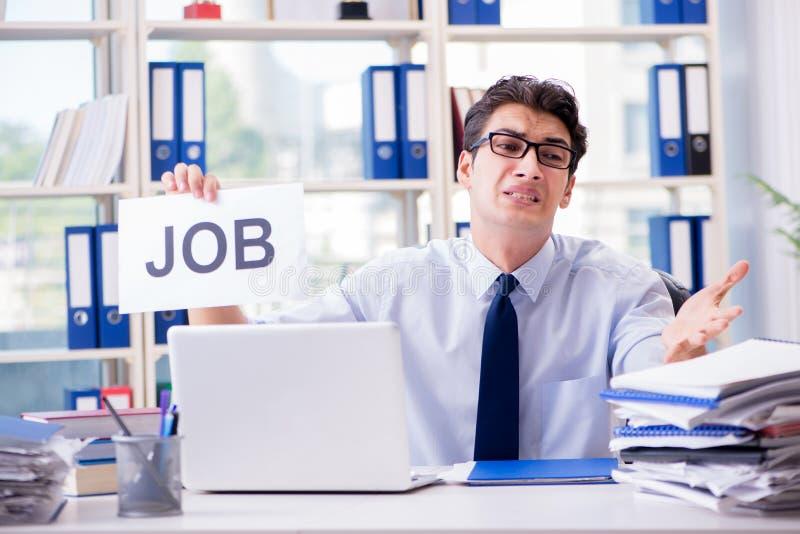 El hombre de negocios joven que busca trabajo en concepto del desempleo imagenes de archivo