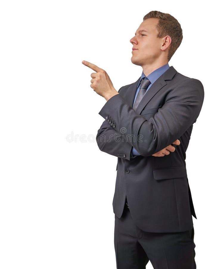 El hombre de negocios joven señala con su finger a su derecha - aislada con el copyspace Escéptico, crítico o el analizar fotos de archivo libres de regalías