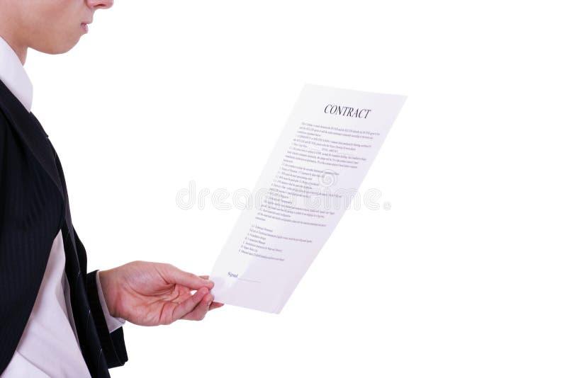 El hombre de negocios lee el documento imágenes de archivo libres de regalías