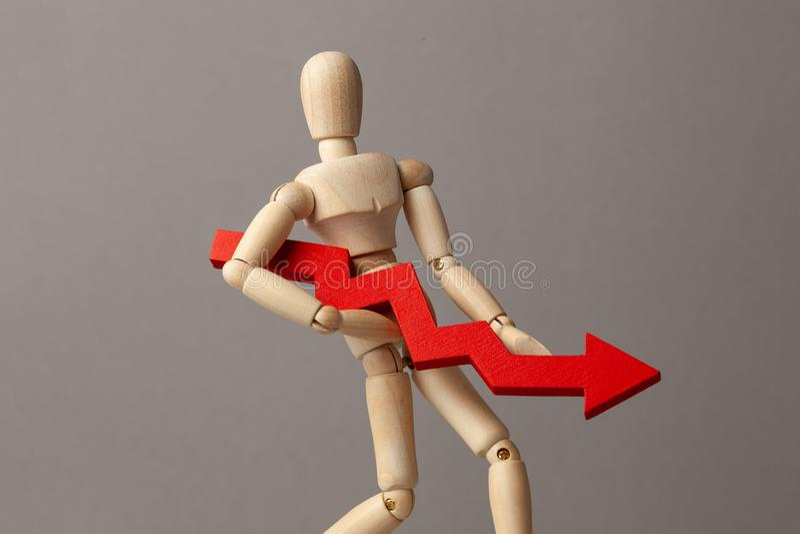 El hombre de negocios lleva a cabo la carta roja de la flecha del plum?n Descenso en rentabilidad o quiebra, disminuci?n en renta fotos de archivo