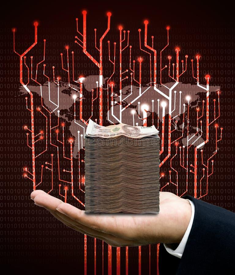 El hombre de negocios lleva el dinero con el circuito y el mapa del mundo digitales del árbol imagen de archivo