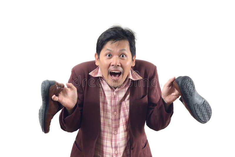 El hombre de negocios loco que celebra los zapatos y ataque de pánico, no me consigue fotos de archivo libres de regalías