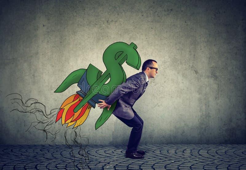 El hombre de negocios maduros ambicioso con altas metas financieras y el dólar alcanzan gran altura rápida y súbitamente en el su imagen de archivo libre de regalías