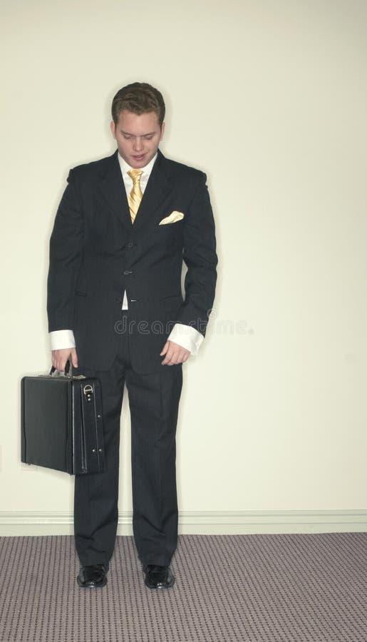 El hombre de negocios mira abajo fotografía de archivo