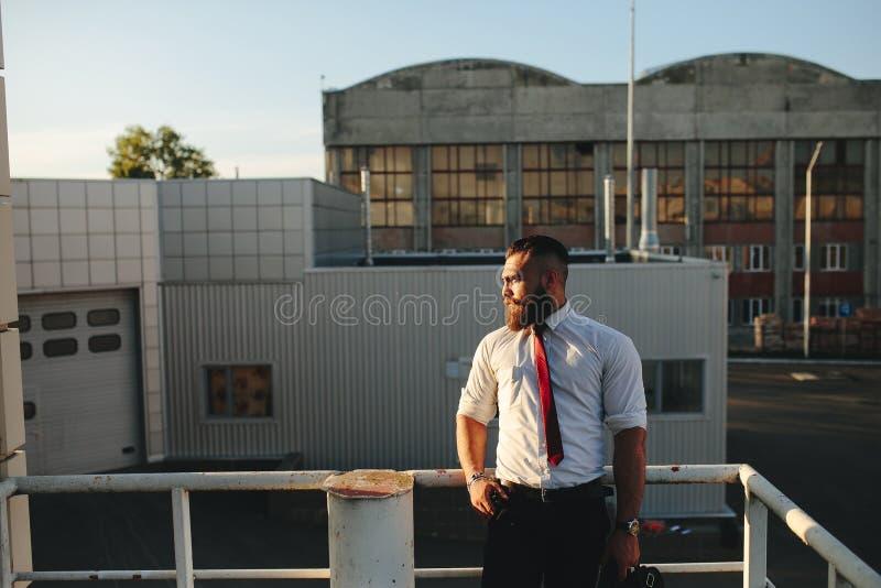 El hombre de negocios mira en la distancia imágenes de archivo libres de regalías