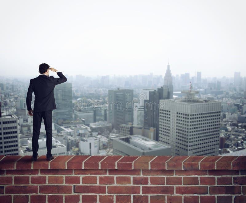 El hombre de negocios mira el futuro para las nuevas oportunidades stock de ilustración
