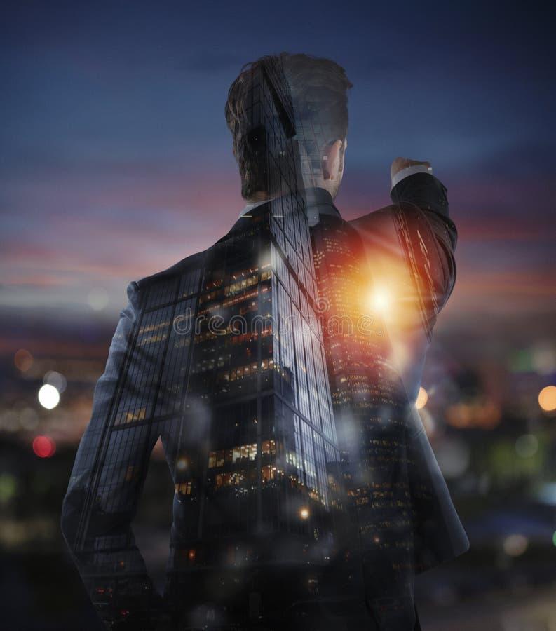 El hombre de negocios mira lejos para las nuevas oportunidades de negocio Exposición doble imagen de archivo