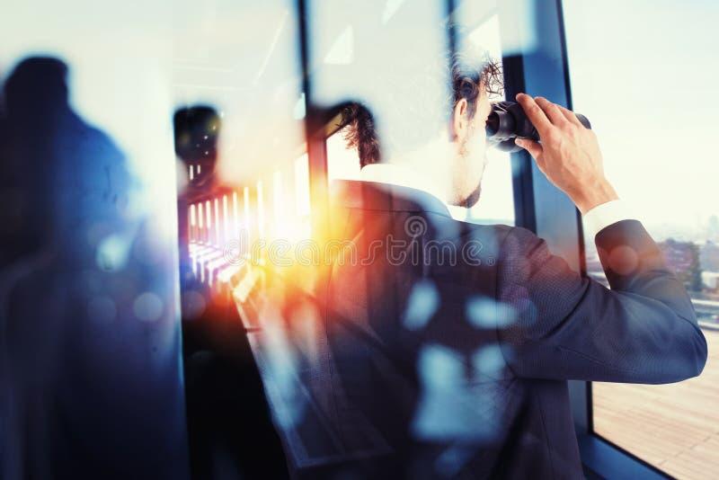 El hombre de negocios mira lejos para las nuevas oportunidades de trabajo con los prismáticos Efecto de la exposición doble imagen de archivo libre de regalías