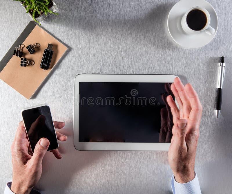 El hombre de negocios moderno da el trabajo en la oficina con un café imagenes de archivo