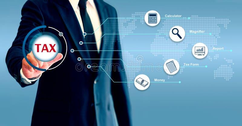 El hombre de negocios mostrado en cartas y datos, toca un icono que represente el concepto de pagar impuestos stock de ilustración