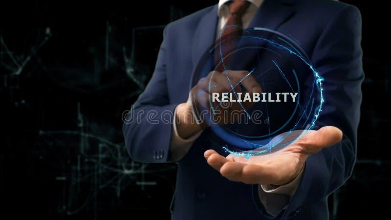 El hombre de negocios muestra confiabilidad del holograma del concepto a en línea de Internet en su mano fotos de archivo libres de regalías