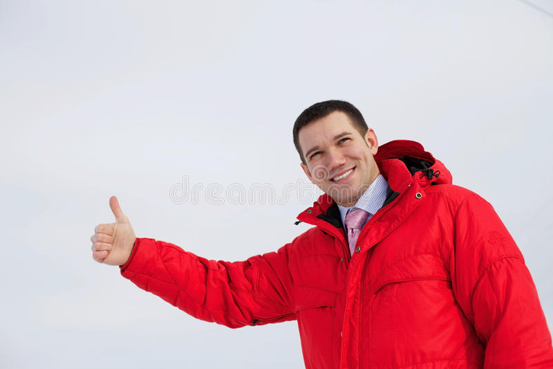 El hombre de negocios muestra el pulgar encima de al aire libre imágenes de archivo libres de regalías
