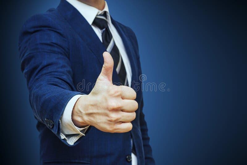 El hombre de negocios muestra el pulgar encima del gesto de la muestra Comunicación no verbal Como, trabajo ACEPTABLE, perfecto,  fotos de archivo libres de regalías