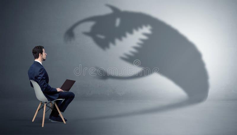 El hombre de negocios negocia con una sombra del monstruo fotos de archivo libres de regalías