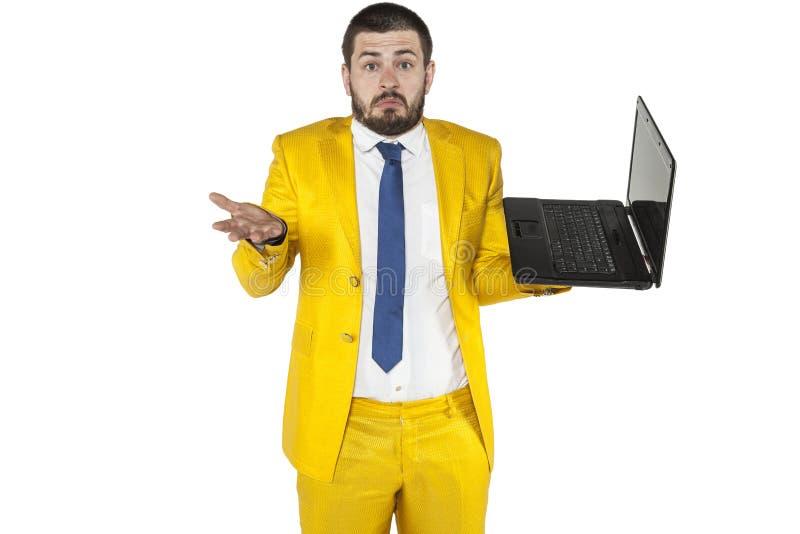 El hombre de negocios no sabe actuar un ordenador inalámbrico foto de archivo