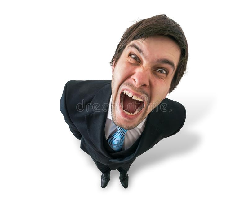 El hombre de negocios o el jefe loco joven está gritando Visión desde la tapa Aislado en blanco fotografía de archivo