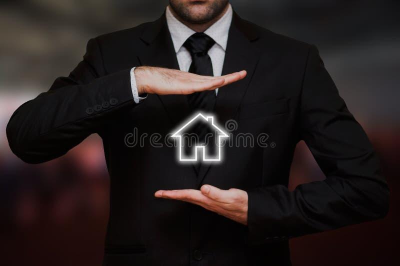 El hombre de negocios ofrece un concepto de la nueva casa imágenes de archivo libres de regalías