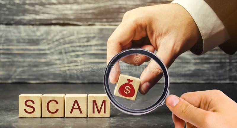 El hombre de negocios pone bloques de madera con la palabra Scam Proyecto de inversión fraudulento Plan ilegal para conseguir el  fotos de archivo libres de regalías