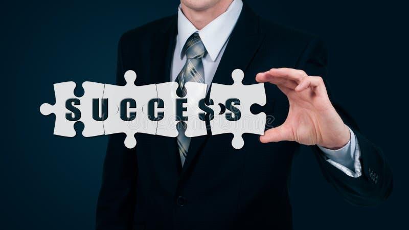 El hombre de negocios pone el éxito virtual de la palabra de los rompecabezas El concepto del negocio imagen de archivo libre de regalías