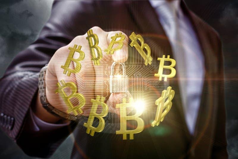 El hombre de negocios pone la protección en el tráfico en bitcoins fotografía de archivo libre de regalías