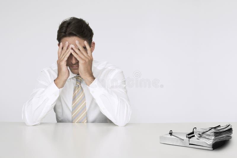 El hombre de negocios preocupante en la tabla con el taco de cobra adentro la trampa del ratón que representa dificultades financi imagenes de archivo
