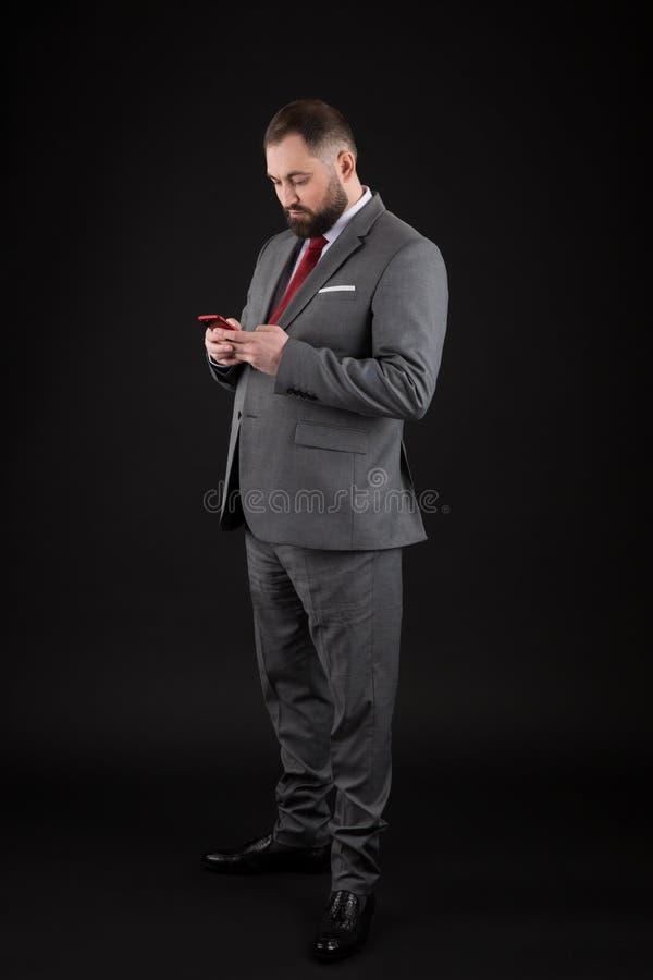 El hombre de negocios prepar? bien smartphone del control del hombre Redes sociales del traje del hombre del smartphone formal de imagen de archivo
