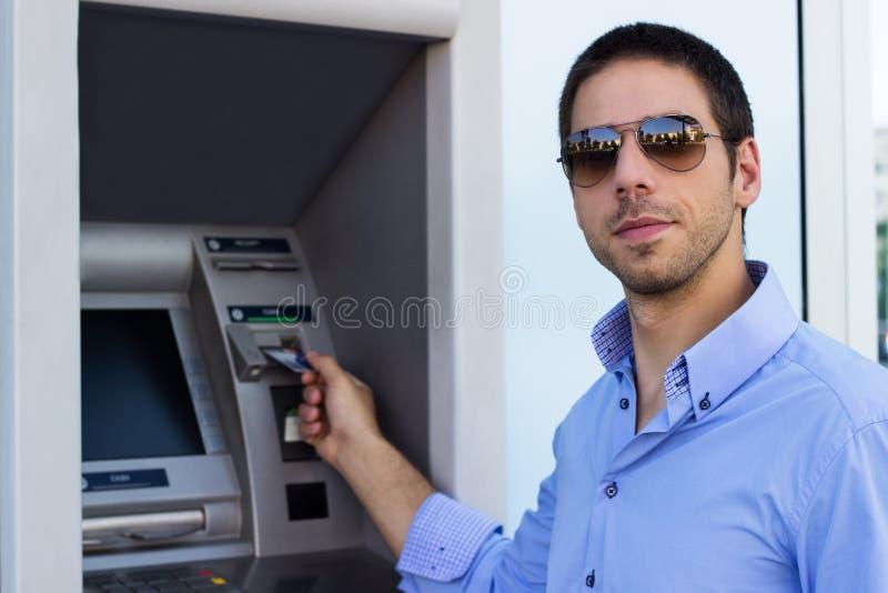 El hombre de negocios puso su tarjeta de crédito en la atmósfera imágenes de archivo libres de regalías