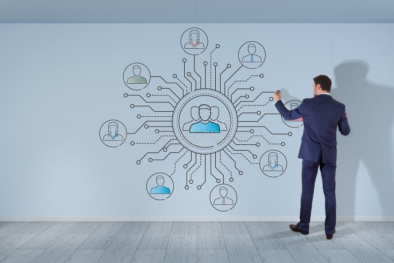 El hombre de negocios que dibuja la línea fina iconos sociales de la red interconecta ilustración del vector