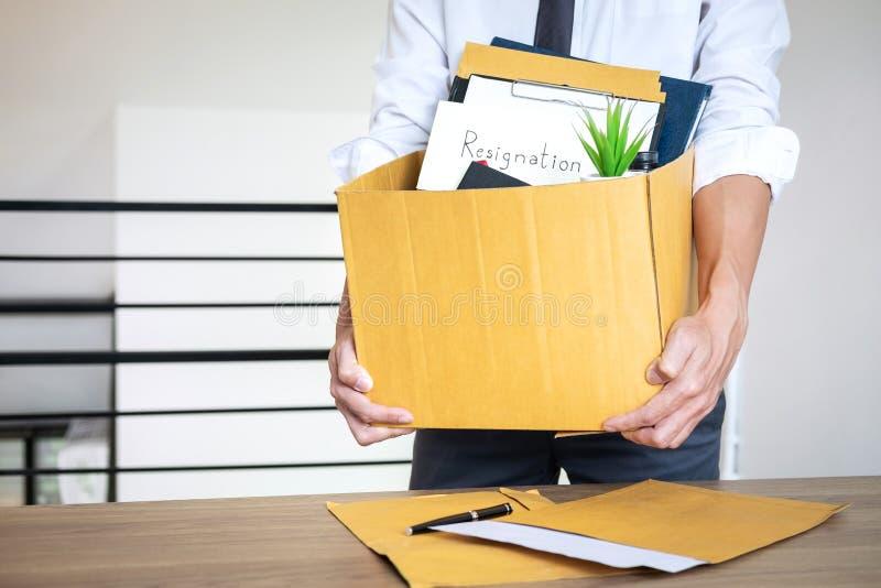 El hombre de negocios que envía la letra siendo dimisión y p que lleva fotografía de archivo libre de regalías