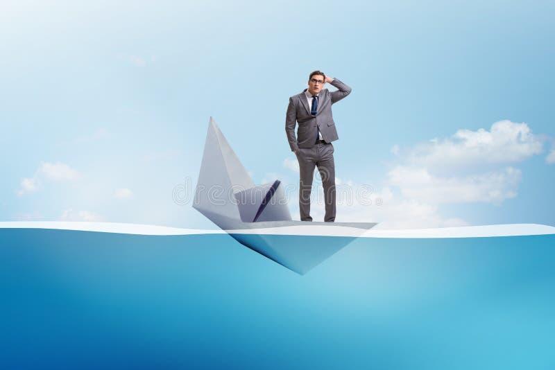 El hombre de negocios que escapa la nave de papel hundida del barco imagenes de archivo
