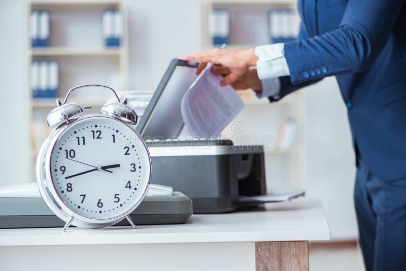 El hombre de negocios que hace copias en fotocopiadora imágenes de archivo libres de regalías