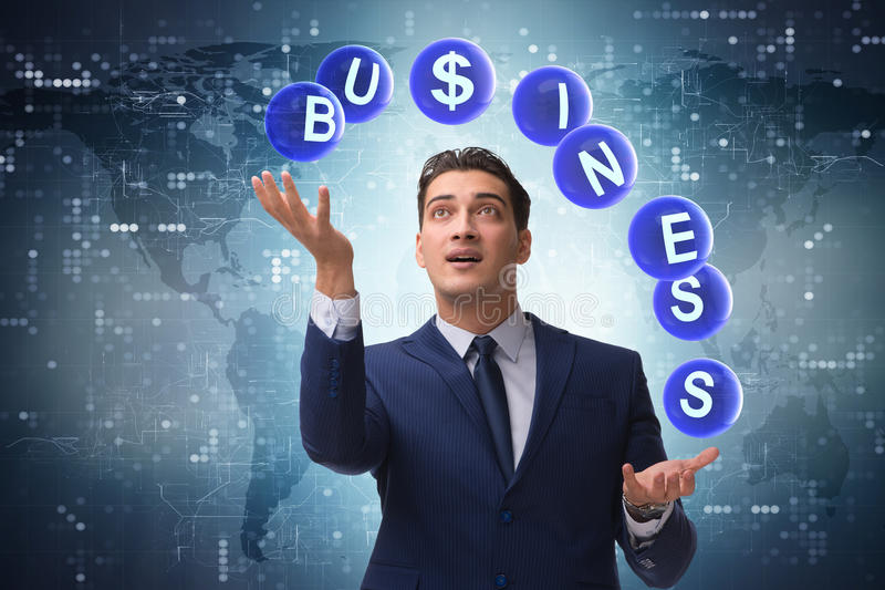 El hombre de negocios que hace juegos malabares entre las diversas prioridades en negocio imagen de archivo libre de regalías