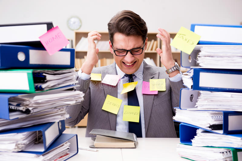 El hombre de negocios que lucha con prioridades múltiples imágenes de archivo libres de regalías