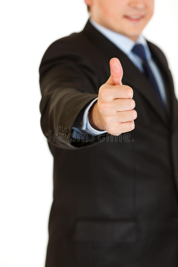 El hombre de negocios que muestra los pulgares sube gesto. Primer. fotografía de archivo