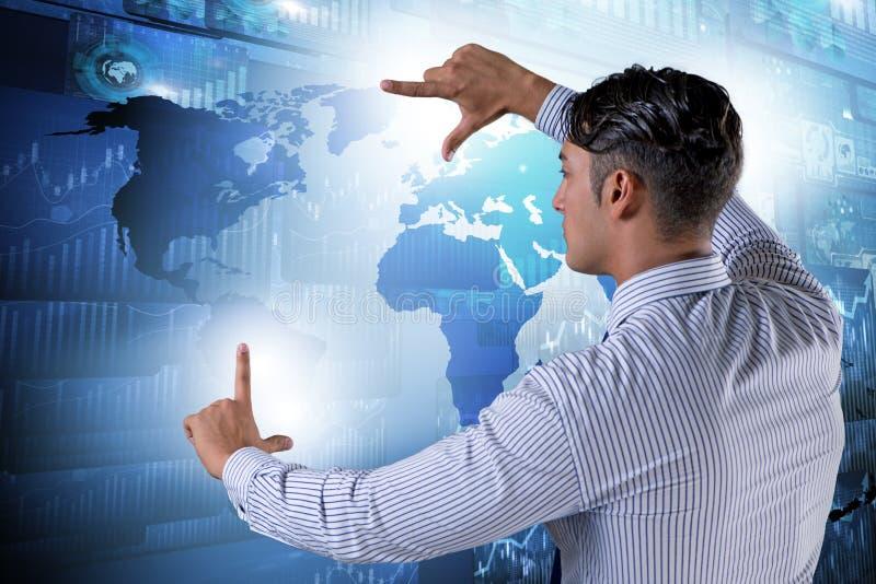 El hombre de negocios que presiona el botón virtual en carta del diagrama foto de archivo libre de regalías